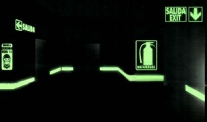 Retirada de señales luminiscentes de emergencia por no cumplir con la normativa