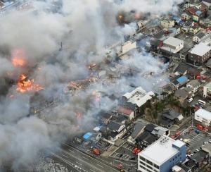 Un incendio arrasa 140 casas de madera en Japón