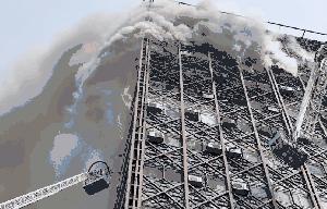 Un incendio derrumba el rascacielos más antiguo de Teherán