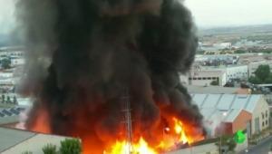 Grave incendio después de una explosión en una nave industrial de Arganda del Rey